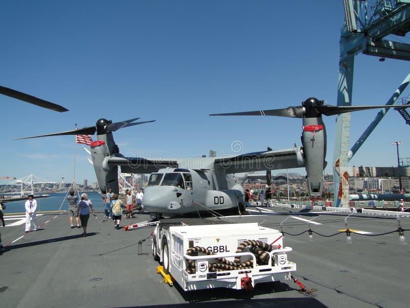 Os civis inspecionam um Osprey MV-22 fotografia de stock