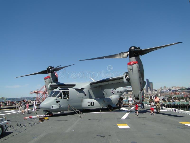 Os civis inspecionam um Osprey MV-22, imagens de stock royalty free