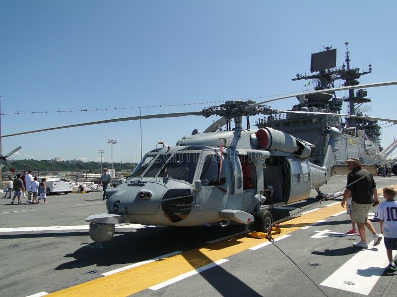 Os civis inspecionam um SH-60 Seahawk fotografia de stock royalty free