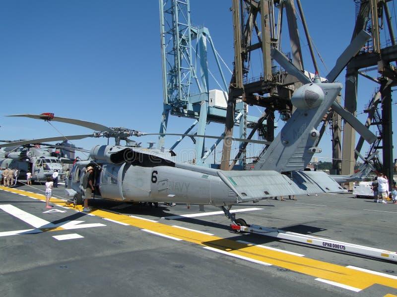 Os civis inspecionam um SH-60 Seahawk imagem de stock royalty free