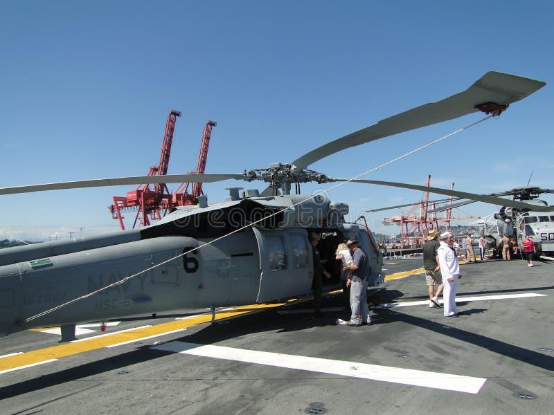 Os civis inspecionam um SH-60 Seahawk imagem de stock