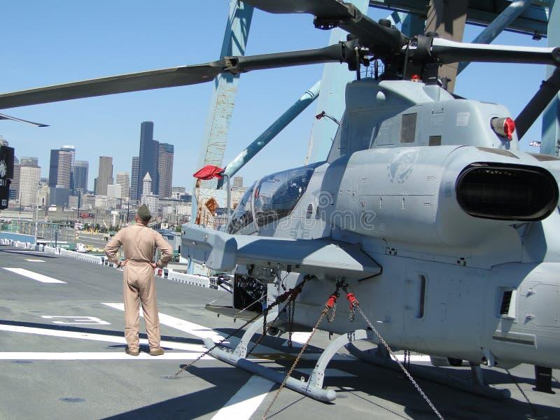 Os civis inspecionam uma cobra super de AH-1W fotografia de stock royalty free