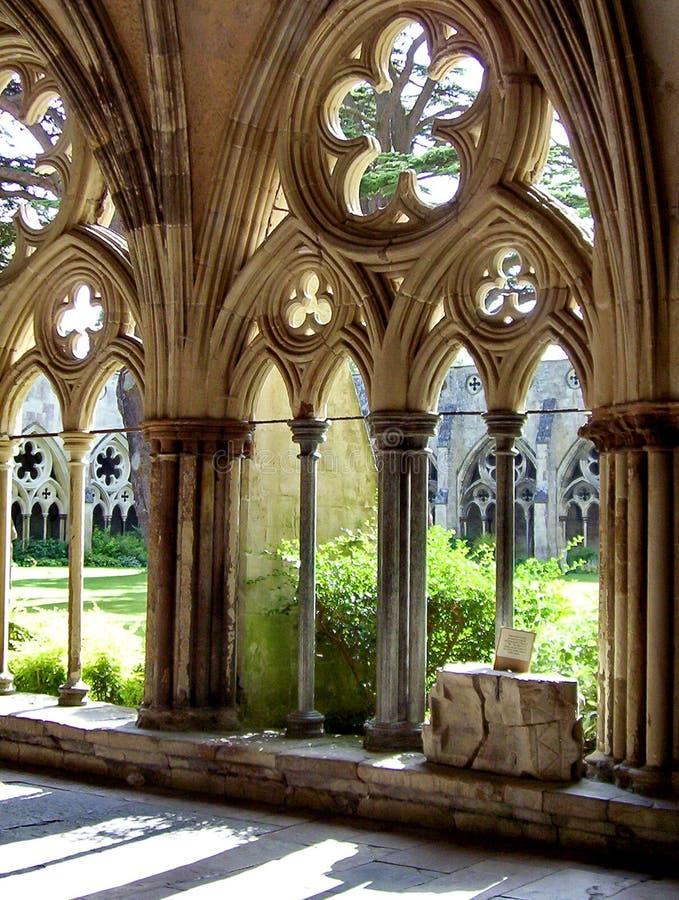Os claustros na catedral de Salisbúria imagens de stock