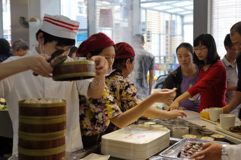 Os clientes compram o fast food chinês na praça da cidade do arluohai fotos de stock royalty free