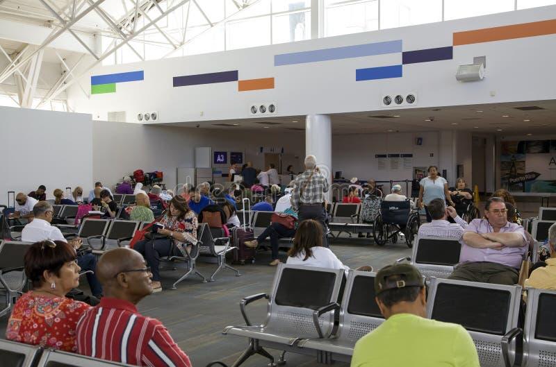 Os clientes esperam o voo no aeroporto de Luis Munoz Marin San Juan em Porto Rico foto de stock