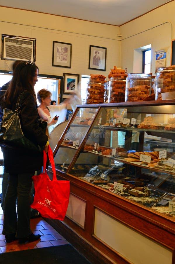 Os clientes navegam nas guloseimas em um café imagem de stock royalty free
