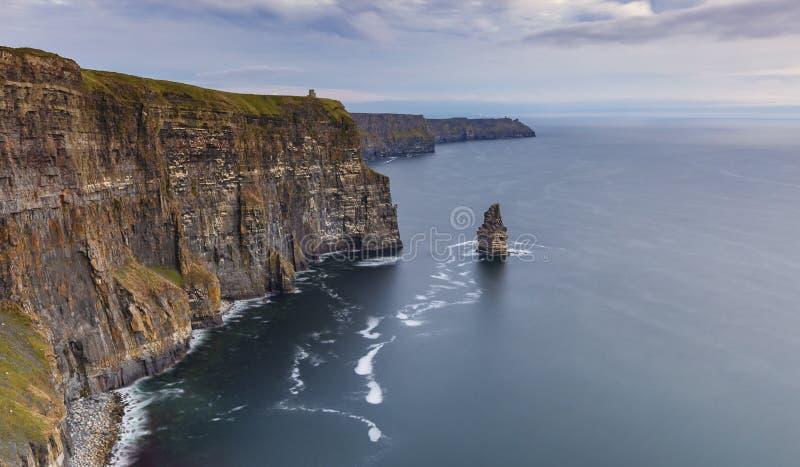 Os Cliffs of Moher and Castle Ireland fotos de stock royalty free