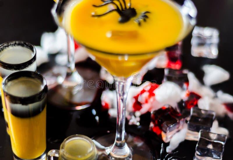Os cocktail assustadores do partido do Dia das Bruxas com sangue, aranhas e gelo cub imagens de stock