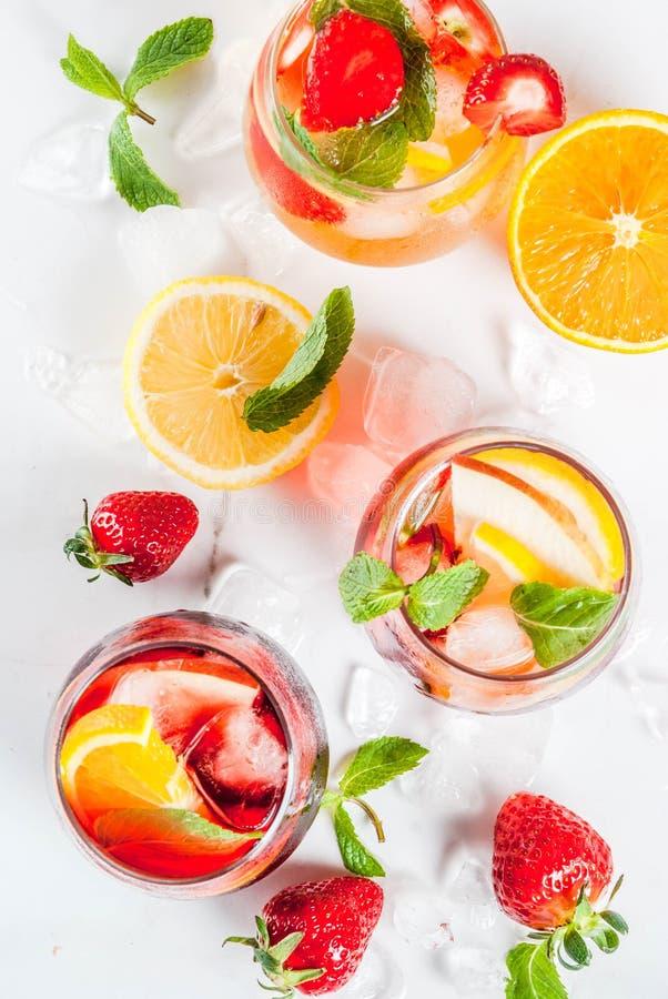 Os cocktail brancos, cor-de-rosa e vermelhos frios da sangria com frutos frescos, sejam fotografia de stock royalty free