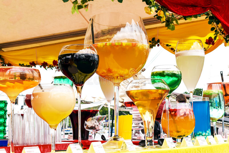 Os cocktail grandes diferentes na rua barram contra fotografia de stock
