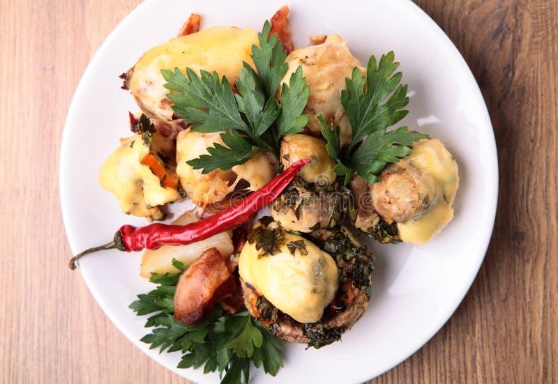 Os cogumelos cozidos com batatas foto de stock