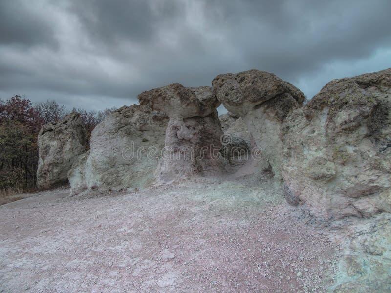 Os cogumelos da pedra do fenômeno natural são esculpidos em topetes vulcânicos do rheolite fotos de stock