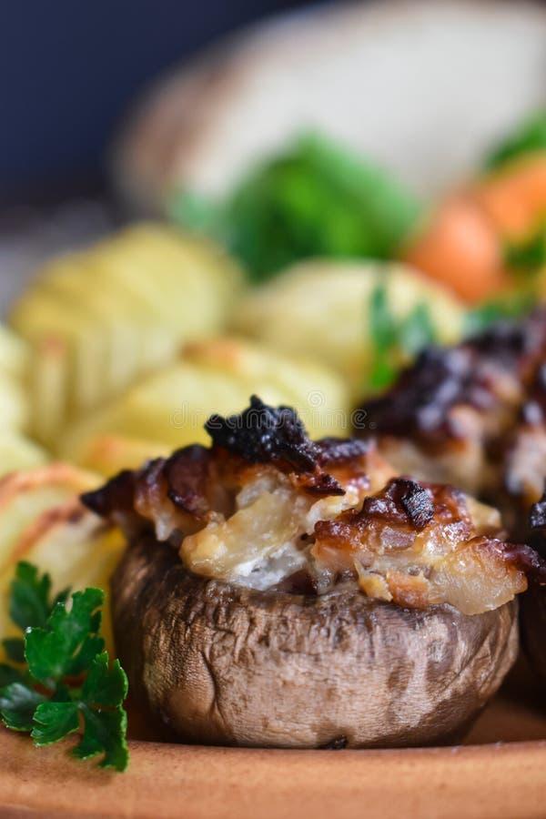 Os cogumelos enchidos deliciosos e saborosos fecham-se acima imagens de stock