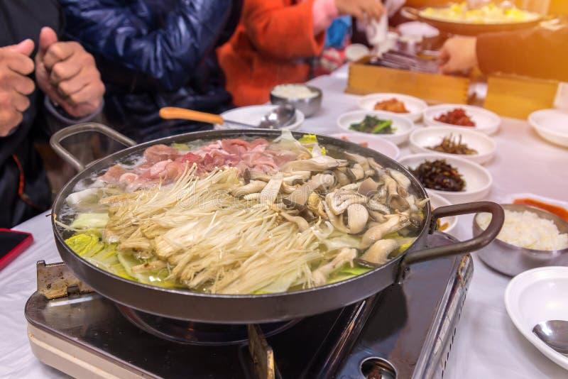 Os cogumelos Sukiyaki de Shabu estão sendo cozinhados no potenciômetro fotografia de stock