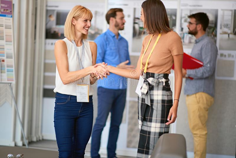 Os colegas do negócio têm a reunião no trabalho imagem de stock