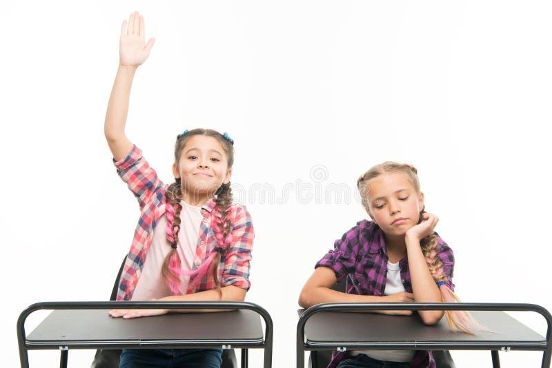 Os colegas dos estudantes sentam a mesa De volta ? escola Conceito da escola privada Educa??o escolar elementar Escola das menina foto de stock