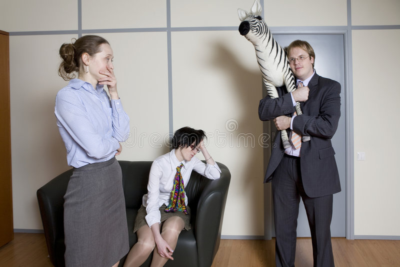 Os colegas têm o divertimento. imagem de stock