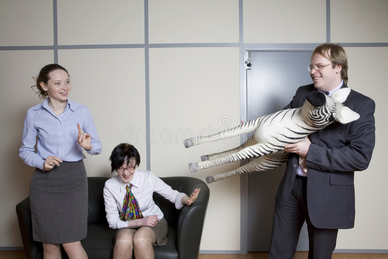 Os colegas têm o divertimento. foto de stock