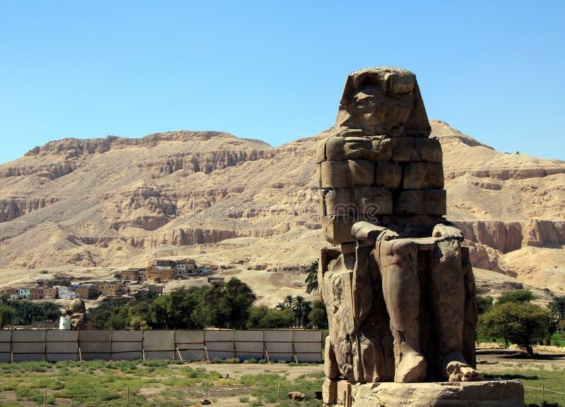Os Colossi de Memnon Estátua direita fotos de stock royalty free