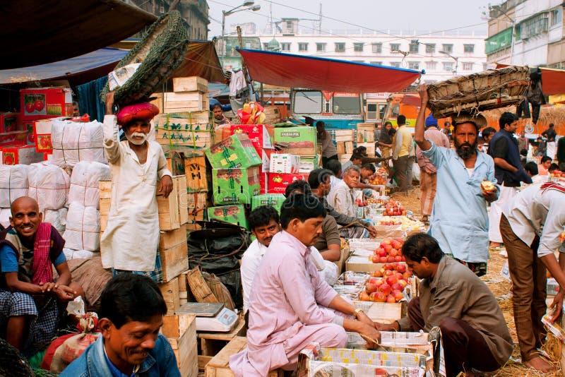 Os comerciantes dos frutos vendem maçãs e laranjas no mercado de rua fotos de stock