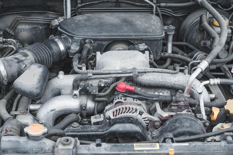 Os componentes do dispositivo do motor de automóveis no compartimento de motor fotografia de stock royalty free