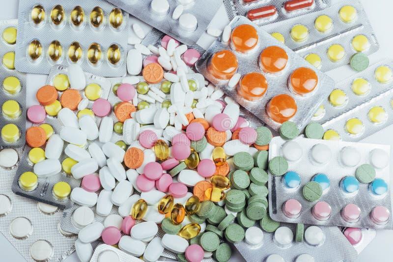 Os comprimidos de cores diferentes encontram-se na superfície em um pacote selado foto de stock royalty free