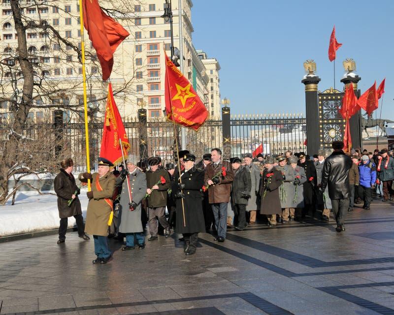 Os comunistas atribuem flores a um túmulo do desconhecido fotografia de stock royalty free