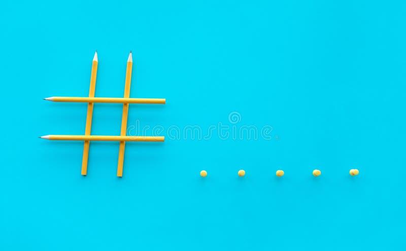 Os conceitos sociais dos meios e da faculdade criadora com sinal de Hashtag fizeram do lápis imagens de mercado digitais imagem de stock royalty free