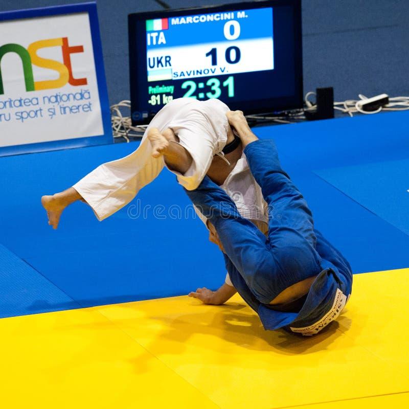 Os concorrentes participam no copo de mundo do judo foto de stock