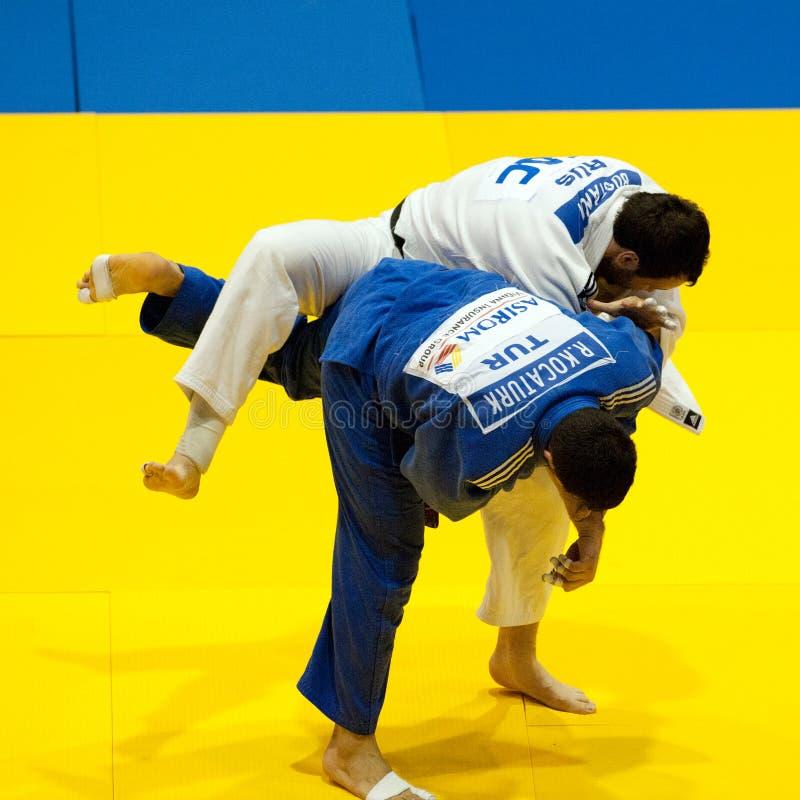 Os concorrentes participam no judo fotos de stock