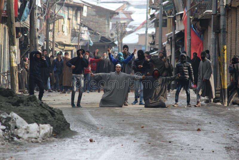 Os conflitos pesados entram em erupção na cidade de Sopore após orações de sexta-feira fotos de stock