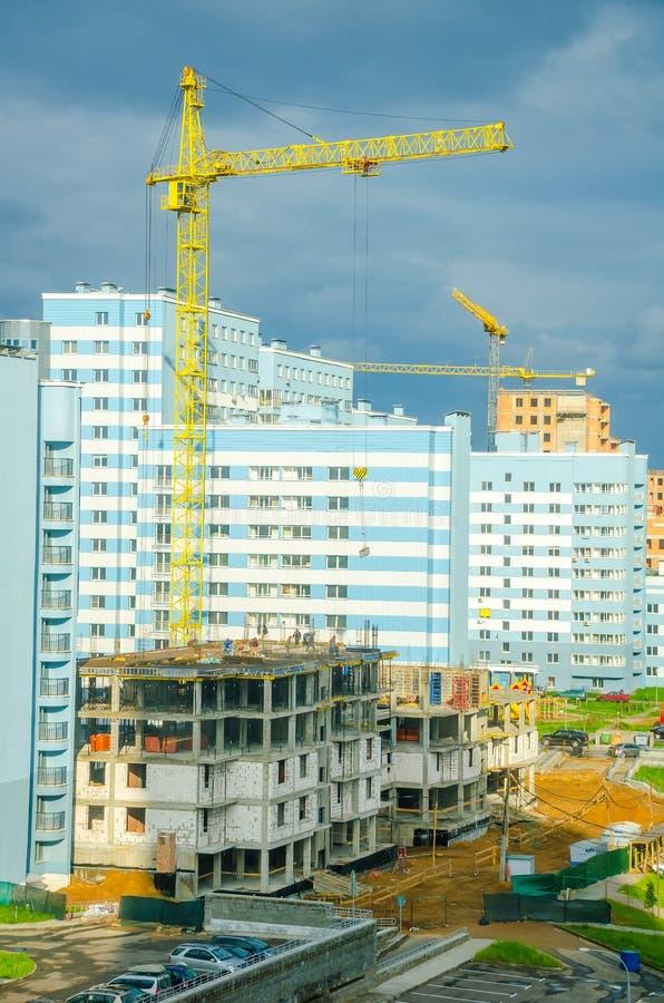 Os construtores criam um prédio no distrito de Lebyazhy da cidade imagem de stock royalty free