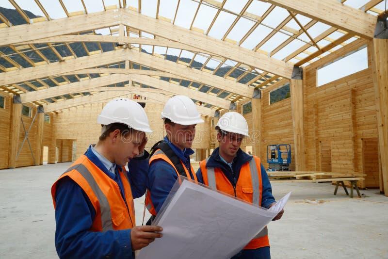 Os construtores estudam o plano foto de stock royalty free