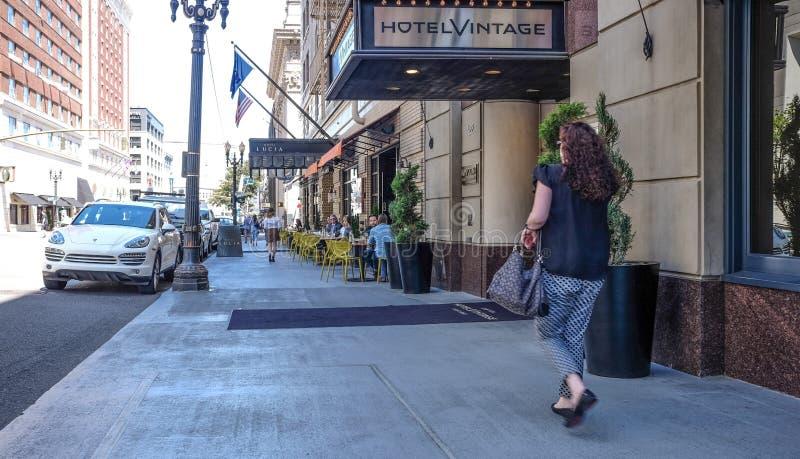 Os consumidores apreciam o passeio obscuro que jantam em Broadway, Portland, Orego fotografia de stock