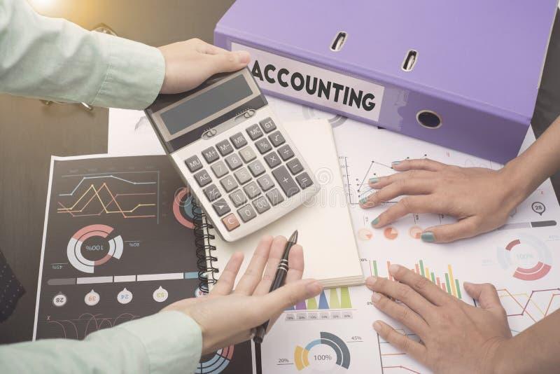 Os contadores do negócio com originais representam graficamente financeiro no escritório imagens de stock royalty free