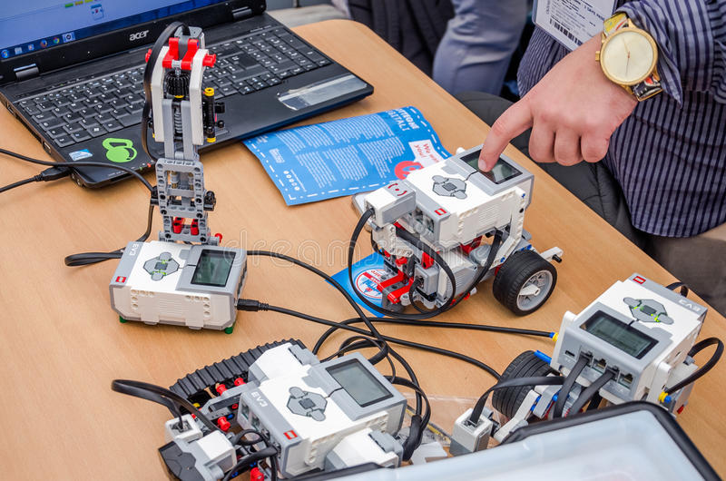 Os coordenadores testaram brinquedos de Lego dos robôs programáveis fotos de stock royalty free