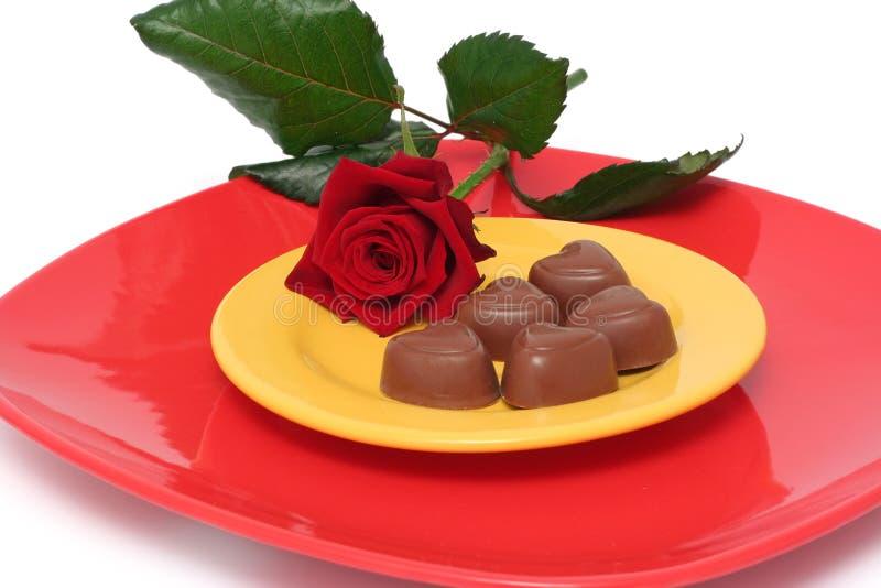 Os corações do chocolate e levantaram-se foto de stock royalty free