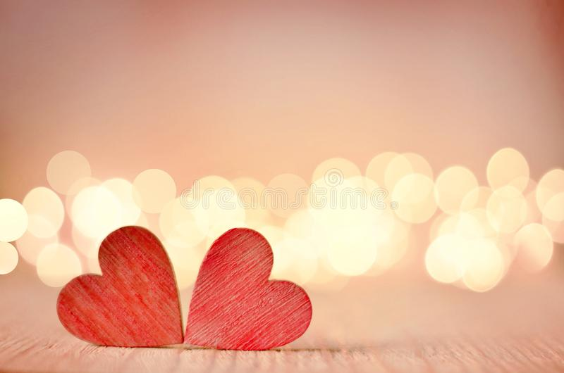 Os corações em uma tabela e em um fundo de madeira são um bokeh foto de stock
