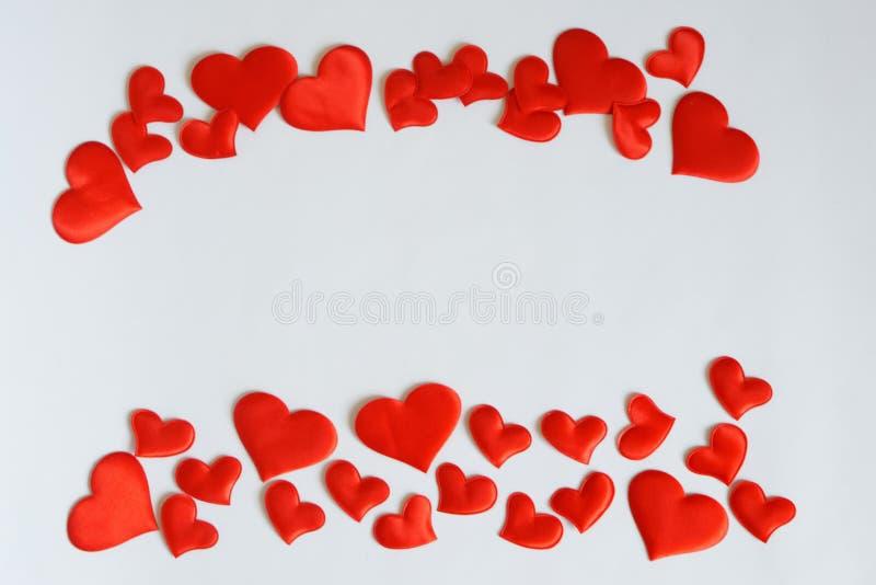 Os corações vermelhos moldam uma folha branca Espaço livre para cumprimentos do dia de Valentim e confissões de gravação do amor fotografia de stock