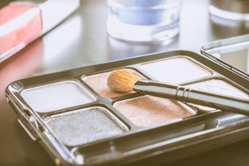 Os cosméticos brilho escovam e dos paletas e do bordo e vintage da sombra fotografia de stock royalty free