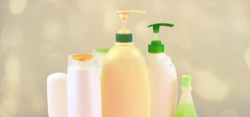 Os cosméticos da bandeira para o cabelo e o corpo importam-se as garrafas brancas em um foco seletivo do espaço orgânico natural  fotos de stock royalty free