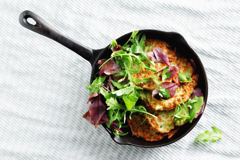 Os courgettes dos aperitivos dos petiscos do vegetariano fritters do fundo branco saudável do café da manhã da bandeja a opinião  imagens de stock royalty free
