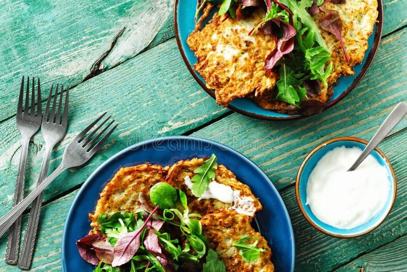 Os courgettes dos aperitivos dos petiscos do vegetariano fritters a opinião de tampo da mesa de madeira do café da manhã saudável imagens de stock royalty free