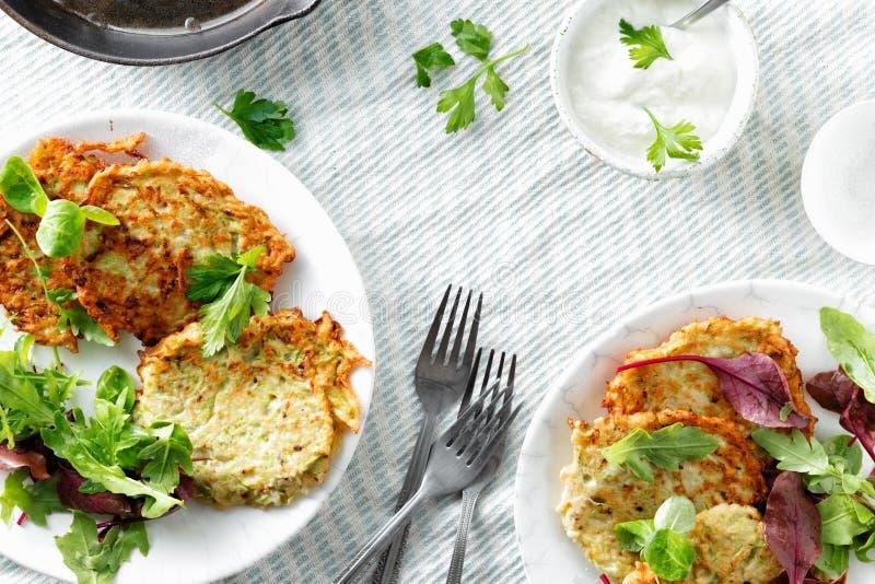 Os courgettes dos aperitivos dos petiscos do vegetariano fritters a opinião superior do fundo branco saudável do café da manhã imagem de stock royalty free