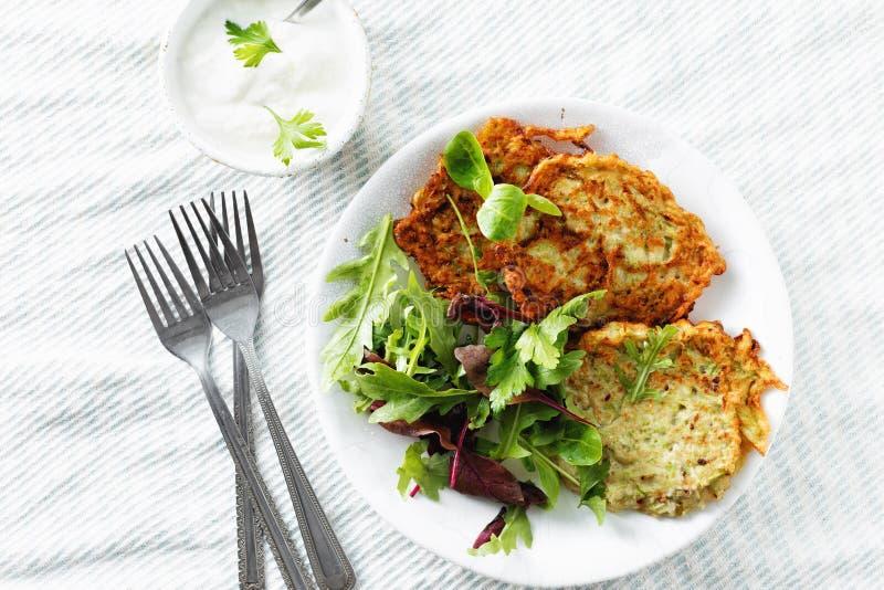 Os courgettes dos aperitivos dos petiscos do vegetariano fritters a opinião superior do fundo branco saudável do café da manhã fotografia de stock