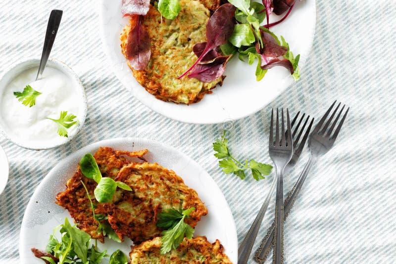 Os courgettes dos aperitivos dos petiscos do vegetariano fritters a opinião superior do fundo branco saudável do café da manhã fotos de stock royalty free