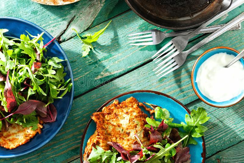 Os courgettes dos aperitivos dos petiscos do vegetariano fritters a opini?o de tampo da mesa de madeira do caf? da manh? saud?vel foto de stock royalty free