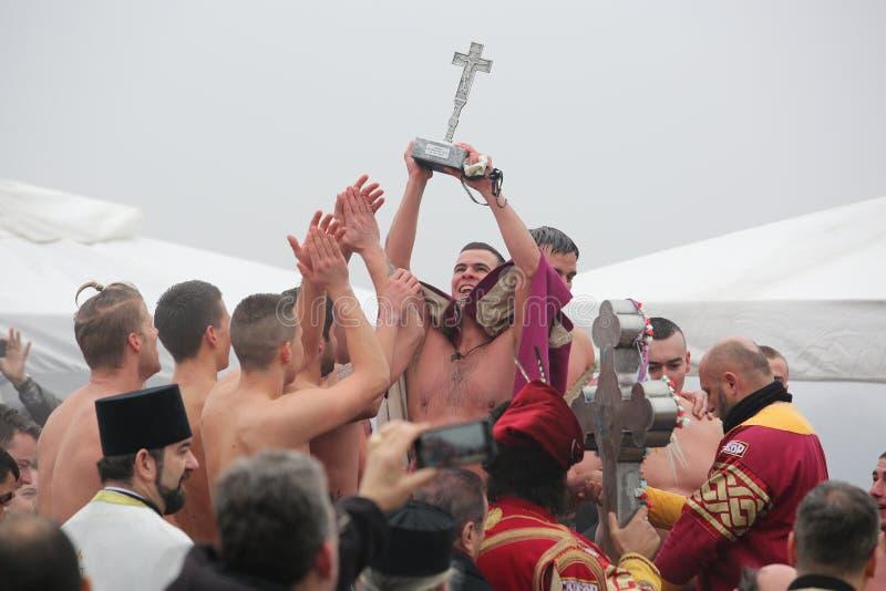 Os cristãos ortodoxos comemoram o esmagamento com natação tradicional do gelo imagens de stock royalty free