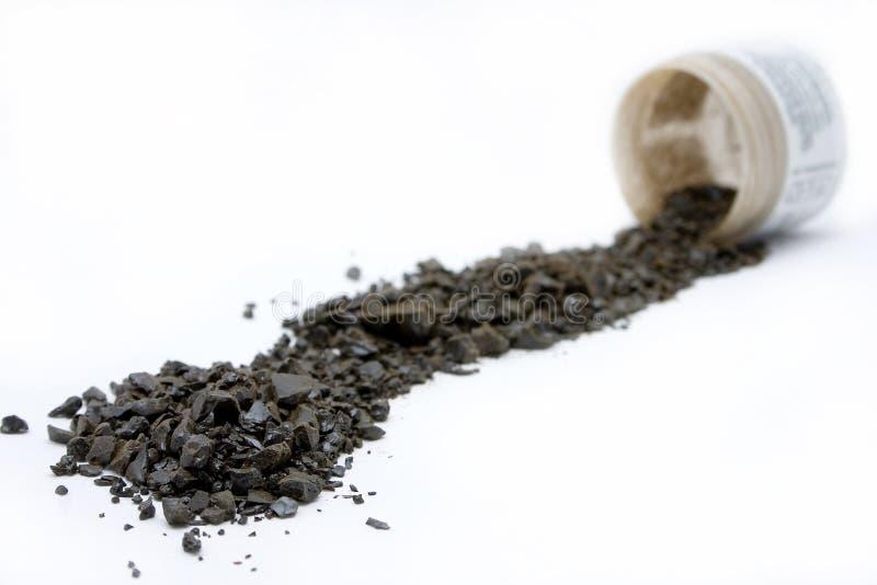 Os cristais do aloés do Detox derramaram dentro uma fileira foto de stock