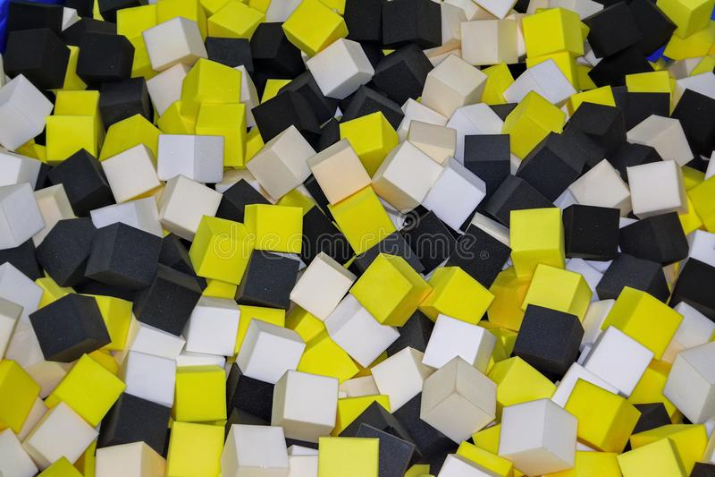 Os cubos coloridos da borracha de espuma no trampolim pit o fundo do close-up fotos de stock royalty free